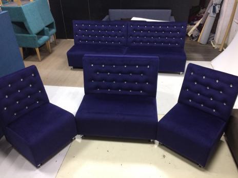 Кресло-диван для кафе и бара синее микровелюр стразы