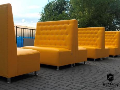 Желтый диван с высокой спинкой и стразами для кафе бара и ресторана